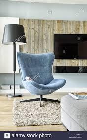 moderne eklektische wohnzimmer mit bequemen blauen sessel in