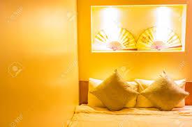warme beleuchtung aus schönen len im schlafzimmer