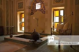 kissen auf sessel im badezimmer ägypten