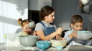 tamiser cuisine l encombrement dans la cuisine trois enfants joyeux pétrissent la