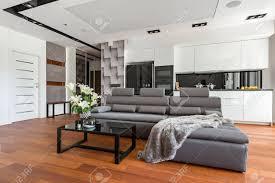 modernes wohnzimmer mit schwarzem couchtisch und offener küche