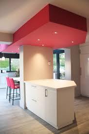 plafond de cuisine cuisine blanche laquée avec faux plafond géométrique avec spots