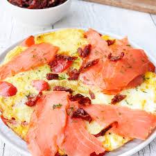 omelette mit räucherlachs und getrockneten tomaten