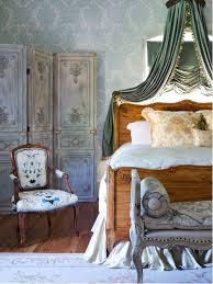 Traditional Guest Medium Tone Wood Floor Bedroom Idea In Richmond With Multicolored Walls