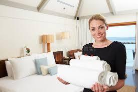 femme de chambre portrait de femme de chambre d hôtel avec des serviettes image