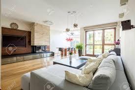 geräumige holz wohnzimmer mit großen tv kamin und bequemen
