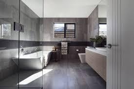 badezimmer modern graue fliesen dusche glas badewanne