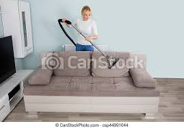 frau putzt das wohnzimmer frauen putzen sofa im wohnzimmer