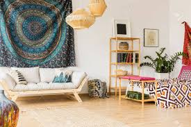 geräumiges orientalisches schlafzimmer mit bett sofa und bücherregal