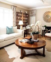 wohnzimmer deko ideen ein runder couchtisch aus holz mit