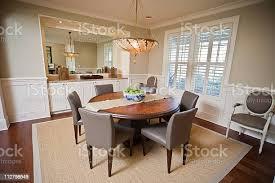 moderne esszimmer innenraum mit runder tisch stilvollen möbeln stockfoto und mehr bilder architektur