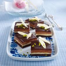 schoko vanille schnitten mit pistazien variante mit weißen schokoröllchen als dekoration