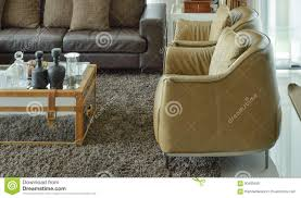 hellbraune ledersessel und dunkelbraunes ledernes sofa im