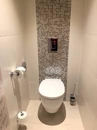 im badbereich mit getrennten türen die toilette und daneben