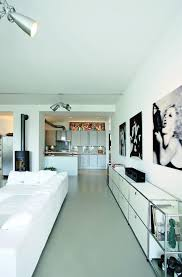 wohnzimmer in weiß wandgestaltung sideboard sofa