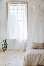 schlafzimmer in sanften hellen farben mit holzboden
