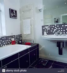 schwarz weiß mosaikfliesen über badewanne und waschbecken