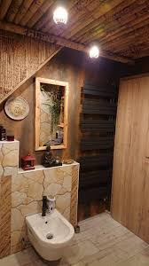 bambuswand und bambusdecke im badezimmer mit tutul
