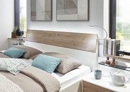 schlafzimmer in modernem weiß mit absetzungen in steineiche
