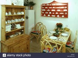 kiefer kommode und zuckerrohr tisch und stühle im 70er jahre