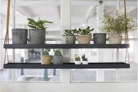 étagère métal suspendue au plafond dans la cuisine
