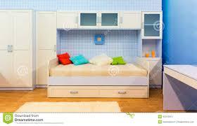 helles schlafzimmer mit einem bett und einem schrank