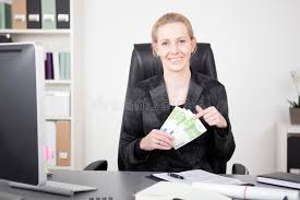 bureau de la directrice directrice heureuse à bureau tenant une fan d argent liquide