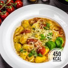 käse gnocchi mit geschmolzenen tomaten