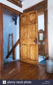 tür der treppe im wohnzimmer keller zimmer in einem alten