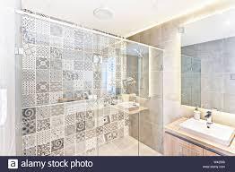 badezimmer muster wall design mit kunst an der wand in der