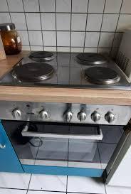 küche mit herd kühlschrank
