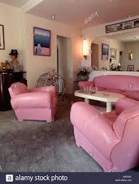 20er jahre style gartenhaus mit rosafarbenem ledersessel und