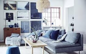 a blue white and grey living room 部屋の装飾 リビング