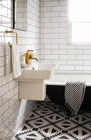 salle de bain retro carrelage noir blanc et robinetterie laiton