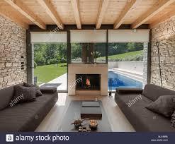 innenansicht eines modernen wohnzimmer dessen wand aus