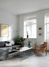 graues sofa und lederstuhl im schlichten bild kaufen
