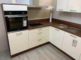 weiß glänzend nussbaumoptik arbeitsplatte hochglanz weiße küche mit nussbaum arbeitsplatte