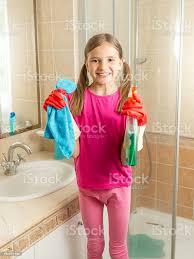 frau in gummihandschuhe reinigung badezimmer mit tuch und spray stockfoto und mehr bilder 2015
