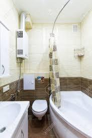kleines bad mit begehbarer dusche und weißen weißen schrank