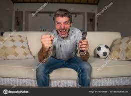 30er oder 40er jahre fußballfan mann beobachtet fußballspiel