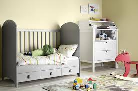 ikea bébé chambre ikea bb chambre stunning un lit bb gris clair dans une chambre