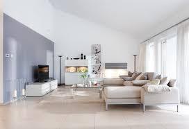 helles wohnzimmer mit sofa in beige barrierefreies wohnen