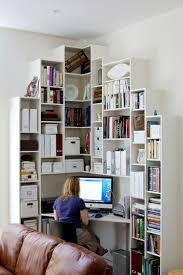 arbeitsecke mit vielen weißen regalen und eckbüro kleine