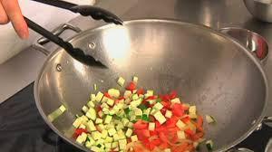 cuisiner avec un wok comment faire sauter des légumes au wok astuce cuisine vins