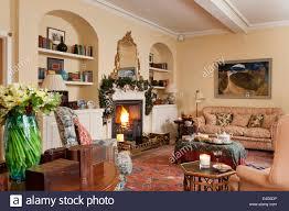 gemütliches wohnzimmer mit kamin und verschiedene antike