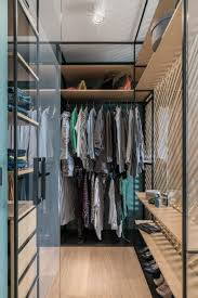 kompakter begehbarer kleiderschrank in der nische des