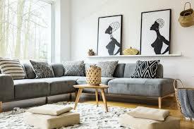 hocker auf teppich in hellen afrikanischen wohnzimmer interieur mit grau foto bialasiewicz auf envato elements