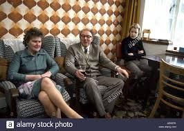 typisch 70er jahre wohnzimmer mit familie sitzen