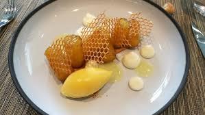 ecole cuisine de l ananas roti sur un sablé amande ganache chocolat blanc sorbet