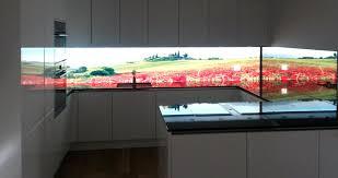 hinterleuchtete küchenwand aus glas homogen beleuchtet